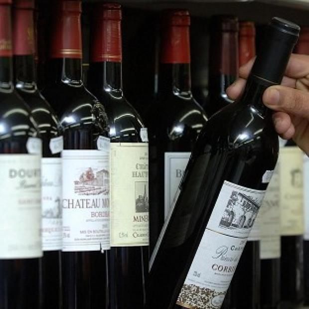 Chemicals in red wine may block the brain damage caused by Alzheimer's disease, an early-stage study suggests